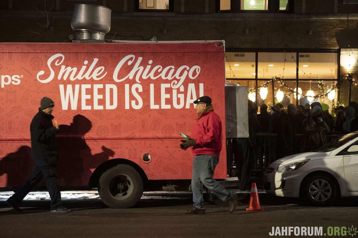 Очередь за каннабисом в Чикаго